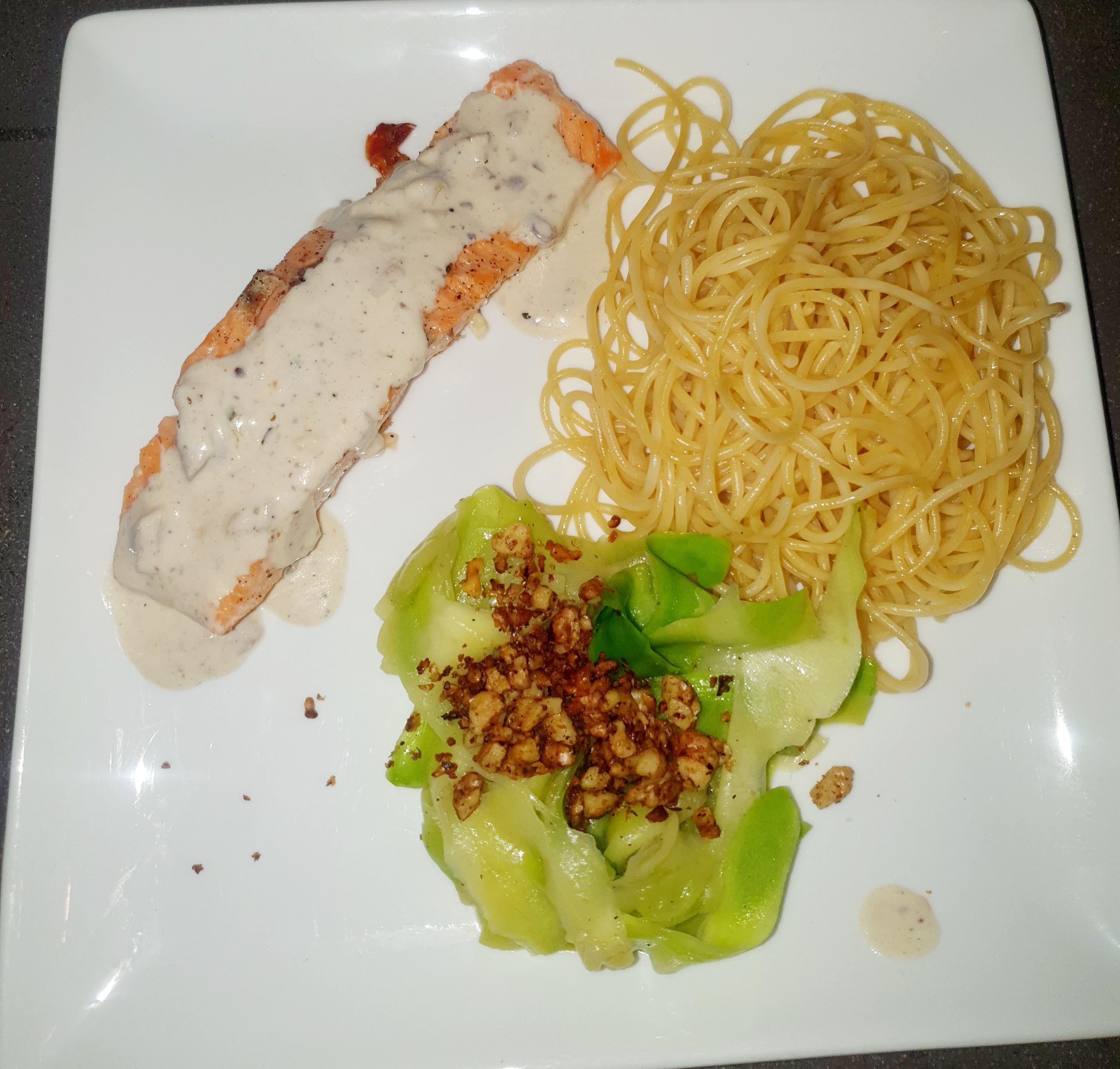 Tagliatelles de courgettes, saumon aux noix grillées